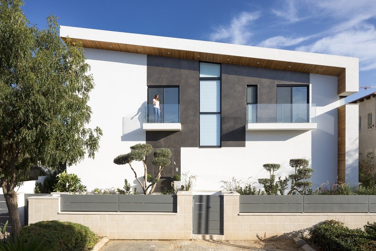 Front facade of simple modern home by Sachar-Rozenfeld Architects