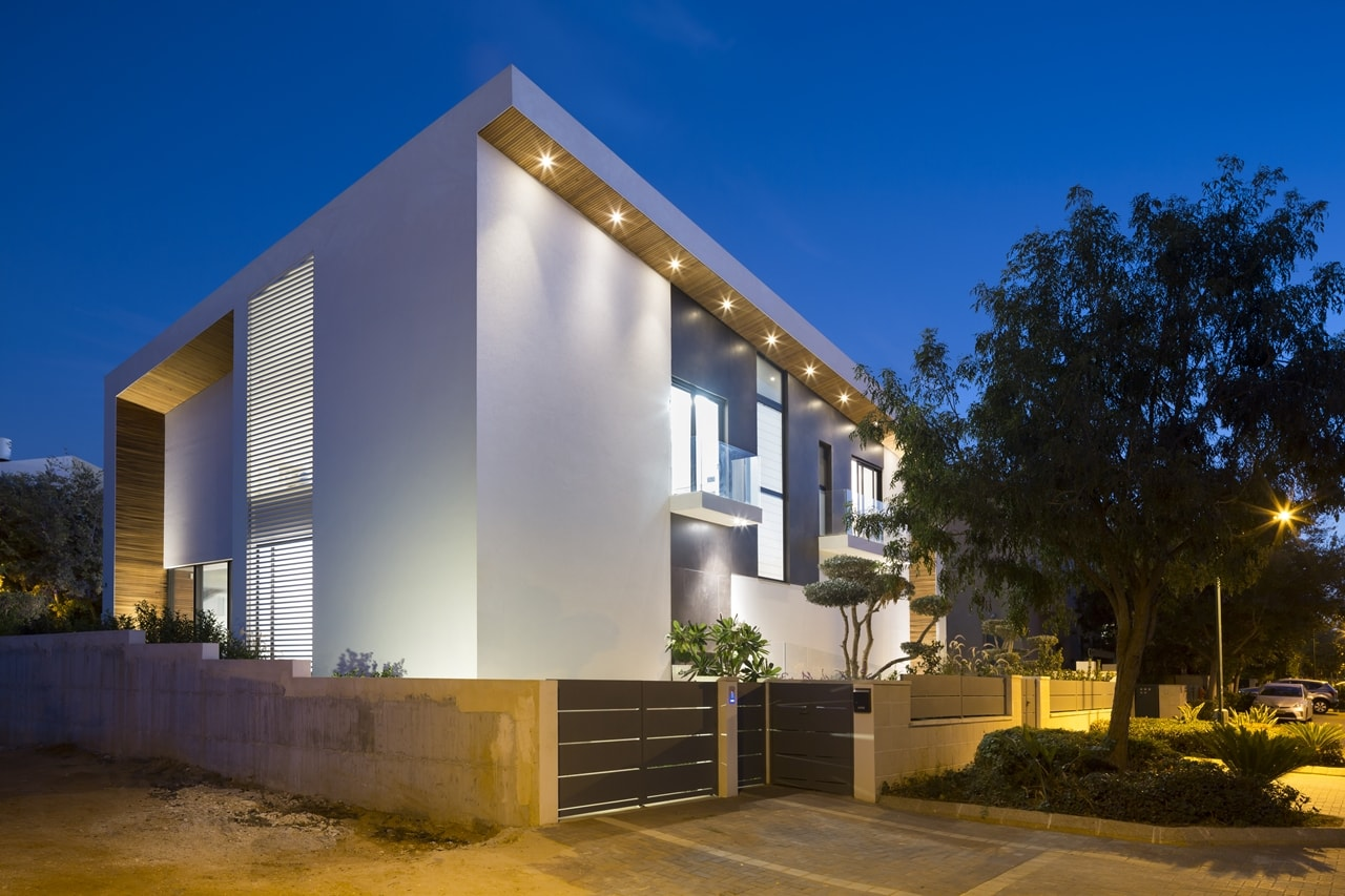 Modern facade of simple modern home by Sachar-Rozenfeld Architects