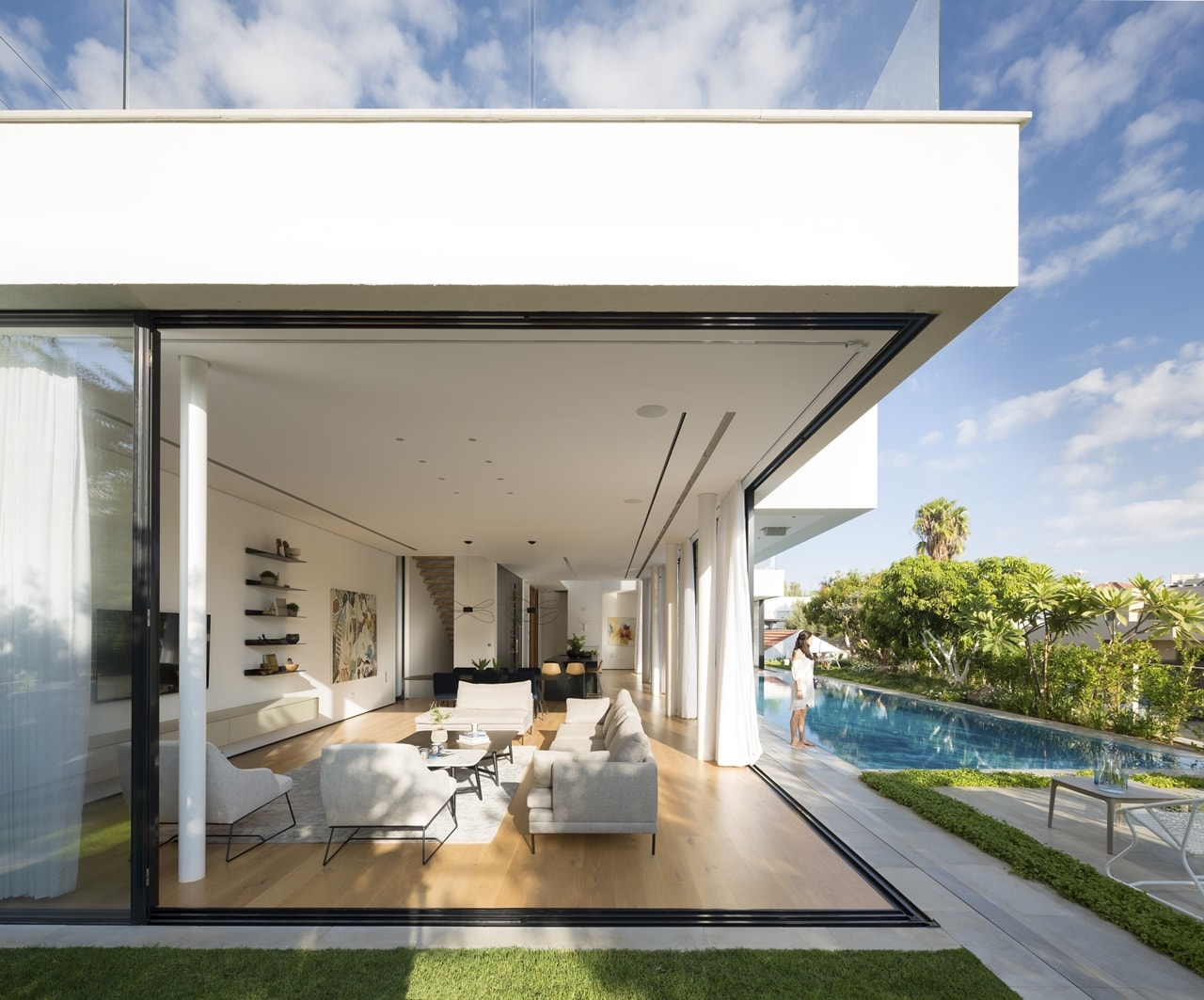 Exterior glass walls on lb home by shachar rozenfeld architects