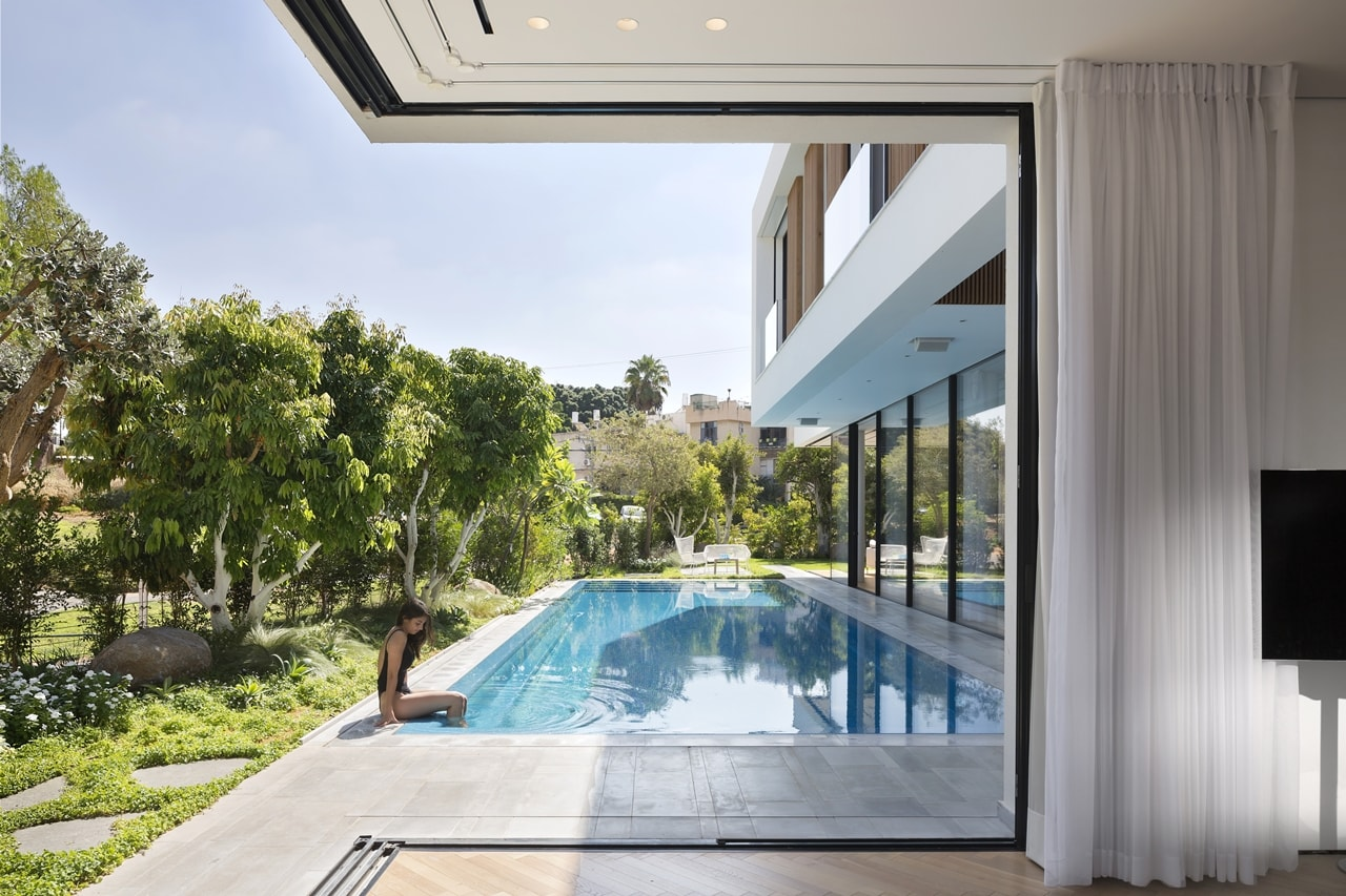 Shai epstein exterior glass walls on lb home by shachar rozenfeld architects